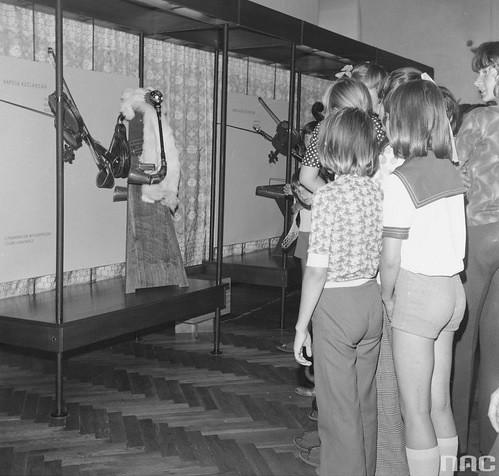 uczniowie zwiedzający wystawę w Muzeum Ludowych Instrumentów Muzycznych w Szydłowcu, 1975r. (NAC)