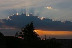 Instant magique... (Pi-F) Tags: ciel coucherdesoleil lumire magique nuage dentelle rayon contrejour arbre