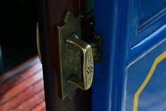 Poigne du tramway Tibidabo (Pi-F) Tags: tramway ancien vintage espagne tibidabo poigne porte coulissant cuivre matire texture bois peinture bleu dor barcelone couleur