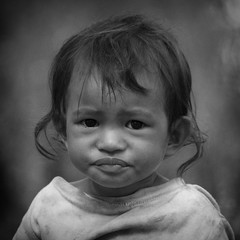 pequeas miradas... (aldea, flor) Tags: retrato portrait viaje camboya blancoynegro nia canon bw