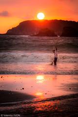 Sunset fisherman (vy.photographe) Tags: extrieur plage costarica sunset coucherdesoleil mer eau pcheur pche filet vagues soleil rocs rochers manuel antonio
