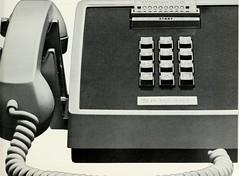 Anglų lietuvių žodynas. Žodis machine-readable reiškia a kompiuteriu apdorojamas, kompiuteriui suprantamas lietuviškai.