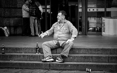 You Talkin' To Me? (Sven Hein) Tags: street summer people blackandwhite bw man sitting leute candid sommer strasse sony steps streetphotography streetlife menschen mann alpha schwarzweiss 6000 stufen sitzend ilce youtalkintome strassenfotografie