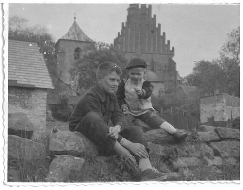 Dwóch chłopców, a w tle kościół św. Zygmunta w Szydłowcu