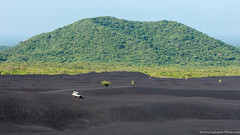 20. Cerro Negro we are back, Nicaragua-14.jpg (gaillard.galopere) Tags: 2016 4wd 4x4 5d 5dmkiii apn america amrique canon compositionettypedephoto continentsetpays couleur ef eos extrieur mkiii ni nic nicaragua toy toyota travel volcan ameriquecentrale anne ash black canonphotography cendres cerronegro color colorful green landcruiser negro noir obscur offroad out outside serie6 sixtyseries verde vert volcanes volcano