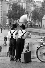 Paris jan96 les jongleurs centre pompidou (patrickdeby) Tags: beaubourg pompidou centre artistes jongleur clowns bretelle valises mime