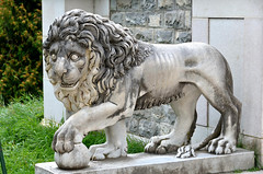 Sinaia, het Pele kasteel, een leeuw in de beeldentuin, Roemeni 2016 (wally nelemans) Tags: sinaia pelekasteel castle beeldentuin sculpturegarden leeuw lion roemeni romania 2016