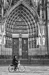 Un trocito de Colonia (javiruiz) Tags: colonia alemania callejera catedral bicicleta blancoynegro lcn streetphotography köln