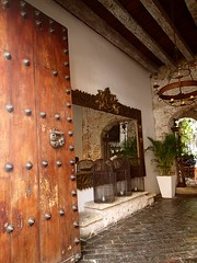 """L'entrée d'un hôtel-restaurant. Tout est très chic à Carthagène. • <a style=""""font-size:0.8em;"""" href=""""http://www.flickr.com/photos/113766675@N07/14777848205/"""" target=""""_blank"""">View on Flickr</a>"""