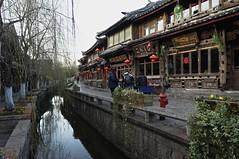 Lijiang (Gilles Daligand) Tags: china street stone grey gris canal paving yunnan jie rue lijiang ville chine xinhua vieille dayan pave