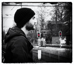 260 Waiting (Helena Johansson 71) Tags: fs161211 fotosondag väntan waiting blackandwhite blackwhite portrait people nikond5500 d5500 nikon project365 outdoor touchofcolor photoborder