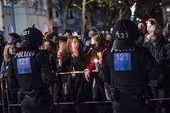 09.11.2016 - THÜGIDA & Gegenproteste in Jena am Jahrestag der Pogromnacht (caruso.pinguin) Tags: jena nazis thügida demo demonstration laueftnicht fackel fackeln neonazis die rechte npd polizei jgstadtmitte protest gegenprotest sitzblockade thüringen blockade jugendblock aufmarsch naziaufmarsch jahrestag adolf hitlers geburtstag rechtsextreme ausschreitungen bunt europäische aktion rechtsextrem rassismus antifa antifaschismus antifaschistische outdoor 09112016 j0911 0911 2016 reichspogromnacht reich pogrom rechtsextremismus faschismus wir lieben sachsen alexander kurth david köckert bengalo bengalos wasserwerfer gegendemonstranten teelichter