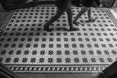 49/52¹ Walking over patterns (- Cajón de sastre -) Tags: lío20 patrones patterns blancoynegro blackandwhite bn bw estrellas starts baldosas baldosahidráulica suelo floor nikond500 nikkor1685mmf3556ged 52in2016challenge 52weeksproject 52weeksofphotography week492016 52weeksthe2016edition weekstartingfridaydecember22016 week49theme