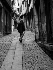 Porto - centro histrico (Francisco (PortoPortugal)) Tags: 2422016 20161022fpbo4283 pb nb bw monocrome rua street pessoas people light luz sombra shadows porto portugal portografiaassociaofotogrficadoporto franciscooliveira