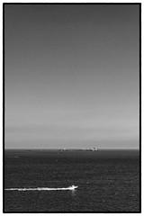 (Herv KERNEIS) Tags: sea sky blackandwhite bw mer france water speed island boat eau noiretblanc ile bretagne nb ciel armor bateau saintmalo apn vitesse trix400 nikond700 tamron2470mmf28 silverefex2
