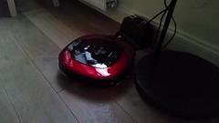 Gevecht met het stroomsnoer van onze Ikea-lamp!