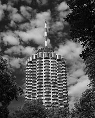 Augsburger Hotelturm 1 sw (Bilderschreiber) Tags: city bw white house black tower skyscraper germany bayern bavaria hotel high haus stadt sw turm augsburg hochhaus gog hoch maiskolben schwarzweis corncop