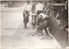 07-pilota-mentre-ripara-la-ruota-circuito-s.-bernardino-1927