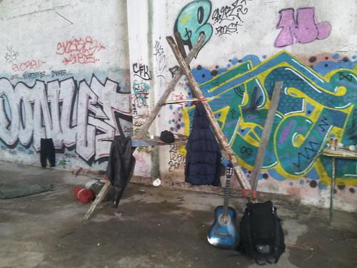 Construction d'une table, squat à Bacciano