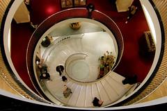 Versuch mal, Wendeltreppe zu sagen ohne die wendelnde Handbewegung zu machen! (foto aus meinem Archiv) (cure di marmo) Tags: fortnummason wendeltreppe spiralstaircase london