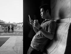 down time (dr.milker) Tags: taiwan taipei bw blackandwhite noiretblanc blancoynegro street urban chiangkaishekmemorialhall people phone soda tourist 台灣 台北 黑白 人 都市 街拍 中正紀念堂
