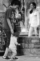 (Sofa Orellano) Tags: people kid kids woman womans mujer mujeres nio nios baby babe cute bebe mother madre mama mothers beautiful hermoso photo photography fotografia professional 35mm walk walking caminar city ciudad park parque gente look eyes ojos panasonic lumix mine argentina mendoza