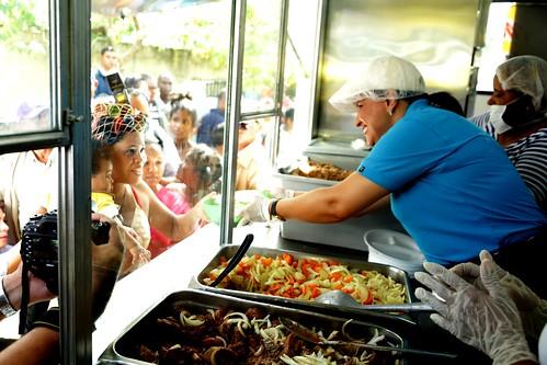 """La Vicepresidenta Margarita Cedeño repartió raciones alimenticias cocinadas a cientos de  personas desde una cocina móvil de los Comedores Económicos. • <a style=""""font-size:0.8em;"""" href=""""http://www.flickr.com/photos/91359360@N06/31247238300/"""" target=""""_blank"""">View on Flickr</a>"""