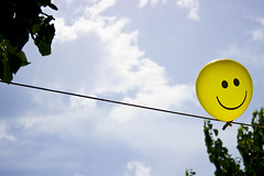 _MG_2175aa (yomimmo1) Tags: sky cloud tree canon eos balloon smiley rbol sonrisa nube globo 600d