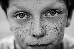 été 2014 (PaxaMik) Tags: portrait yeux contraste freckles regard grosplan tachesderousseur portraitnoiretblanc frenchportrait