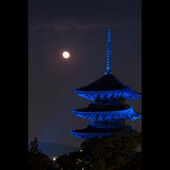 (Masahiro Makino) Tags: moon japan photoshop canon eos kyoto sigma adobe   70300mm lightroom tojitemple f456 fivestoriedpagoda 60d 20111113193517canoneos60dls640p