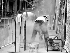 Dusty work (kabezuki) Tags: madrid spain espaa city ciudad calle street nikon nikkor d5200 35mm trabajo working obra polvo dust obreros bw bn