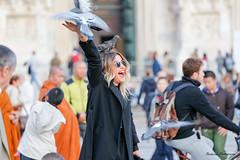 La femme aux pigeons - Milano. (Bouhsina Photography) Tags: guett joie smile happy pigeons birds milan milano duomo place couleur color street rue rua italy italie bouhsina bouhsinaphotogrphy canon 5diii ef70200 sourire femme woman tourist