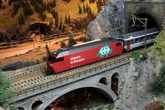 Modell SBB Lokomotive Re 460 036 - 7 mit Werbung SBB FFS - Uniamo la Svizzera ( Hersteller Modell HAG - Werbelokomotive Original 01.08.96 - 17.08.99 ) auf einem Modell der Gotthardbahn im Kanton Bern der Schweiz (chrchr_75) Tags: albumzzz201611november christoph hurni chriguhurni chrchr75 chriguhurnibluemailch november 2016 modellbahn modell gotthardbahn gotthard nordrampe wassen spur spurweite h0 bahn train treno zug model trains miniatures modello trein tåg de tren eisenbahn modelleisenbahn modelleisenbahnanlage anlage reusstal gleichstrom modellbahnanlage gotthardbahnhurni albummodellbahnenderschweiz modellbau schweiz suisse switzerland svizzera suissa swiss