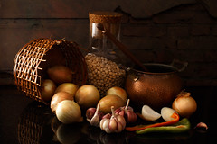 Garlics and onions [explored - thank you - 1st page 2016-11-24] (Luiz L.) Tags: luizlaercio photographersontumblr lensblr originalphotographers originalphotographersontumblr thephotographerssociety pws stilllife onions garlics