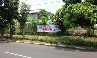Spanduk Islam Damai di sekitar Stasiun KA Rawajati