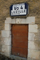 Plaque MICHELIN et porte en bois (xavnco2) Tags: road door roses france sign plaque french village centre porte michelin fleuri bois touraine indreetloire rosiers maille vo4 chdigny luzill