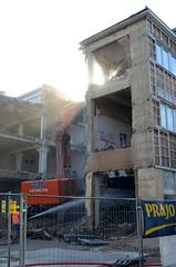 demolition (Wolfgang Binder) Tags: house ruin demolition wrecking abriss nikon d7000 zeiss distagon distagont2825 wien vienna guesswehervienna city sun light