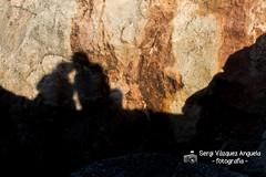 els enamorats... (Sergi Vzquez Anguela) Tags: enamorats enamorados love amor parella couple roca llum luz ombra sombra negre negro black figura contorn contorno ciutadella menorca pasoscatalans mar acantilado color fora
