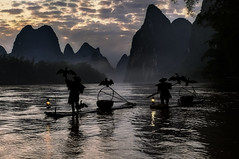 Xing Ping at sunrise with Fishermen. (Massetti Fabrizio) Tags: cina china xingping guilin guangxi giallo guanxi red nikond4s 2470f28 yangshuo yangshou sunrise sun fog clouds landscape landscapes fishermen