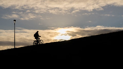Bergauf (Eric Spies) Tags: silhouetten silhouette gegenlicht controluce fuji fujifilm xt10 fujinon xc1650 xc 1650 backlight fahrrad radfahrer bicycle bicicletta bicyclette bicicleta bike cyclist ciclista cycliste fietser fiets fietsen radfahren cycle cycling contrast kontrast contraste contrasto contrasten sonnenuntergang sunset zonsondergang coucherdesoleil sundown tramonto ocaso puestadelsol diagonale diagonaal diagonal nimwegen nijmegen nijmegenlent lent deeenzamefietser