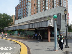 201609128 New York City subway station 'Roosevelt Island' (taigatrommelchen) Tags: 20160938 usa ny newyork newyorkcity nyc manhattan rooseveltisland icon urban city building railway railroad mass transit subway station street