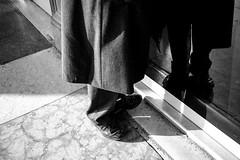 Pelas Ruas - Milão, Itália (Luis Ritter - Pelos Palcos e Ruas) Tags: pelospalcoseruas pelasruas pedalfotografico milano milao luisritter blackandwhite fotografiaderua fotografiapretoebranco fotografia streetphotographer