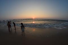 Kid on the beach (yellaw travel) Tags: inde india sud south kerala alleppey beach sunset plage kids enfants enfant fille petite sable vagues waves couhé de soleil jouer
