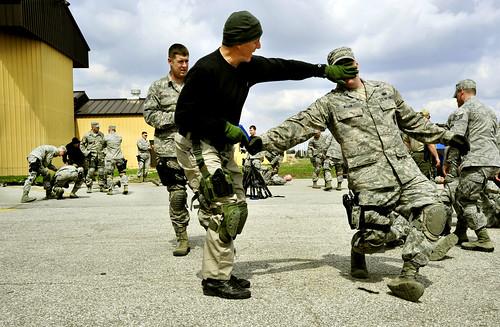軍隊がトレーニングしている写真