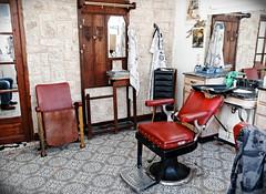 Le salon du Télégraphe (Paolo Pizzimenti) Tags: paris film rouge commerce paolo olympus salon f18 arrondissement coiffeur zuiko omd em1 cuir pellicule 17mm m43 télégraphe xxème mirrorless