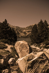 The rock (ur.bes) Tags: bw white mountain lake black france nature rock montagne canon eos blackwhite noir lac nb edward 600 blanc rocher curtis pyrnes noirblanc naturel 600d rserve