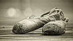 Historias (Blas Torillo) Tags: bw byn blancoynegro sepia méxico mexico blackwhite nikon pointe puebla puntas professionalphotography balletshoes zapatillasdeballet fotografíaprofesional mexicanphotographers d5200 fotógrafosmexicanos nikond5200