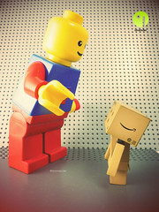 Rencontre entre Danbo et un Lgo gant (iMonster.be) Tags: lego arttoys danbo revoltech danboard