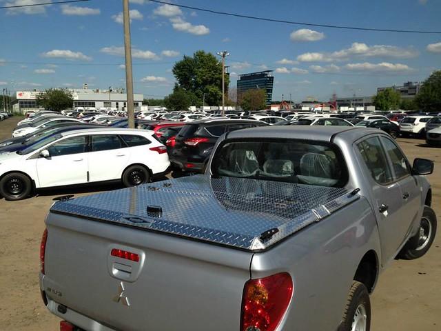 se aluminum closed russia c pickuptruck l200 mitsubishi polished diamondback diamondplate tonneaucover ml13 truckbedcover mediumtodarkgraytruck organizationalaffiliation passengersidetaillightview truckcoversru