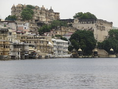 "Udaipur et le city palace <a style=""margin-left:10px; font-size:0.8em;"" href=""http://www.flickr.com/photos/83080376@N03/15047513527/"" target=""_blank"">@flickr</a>"